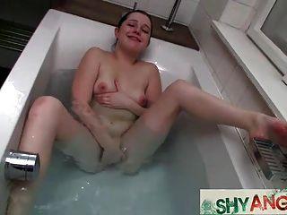 बाथरूम में किशोर एंजेला