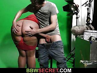 वह वीडियो स्टूडियो में बीबीडब्ल्यू के साथ धोखा देती है