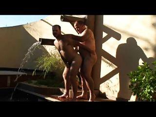 पिताजी और पुरुष पूल पर कमबख्त