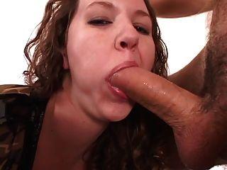 सुडौल श्यामला लड़की उसे तंग गधे के अंदर उंगली स्लाइड