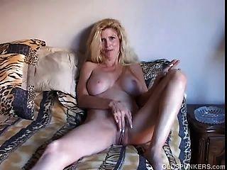 खूबसूरत सुनहरे बालों वाली गर्म औरत एक धूम्रपान तोड़ प्राप्त है