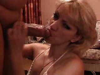 सेक्सी पत्नी को धोखा दे