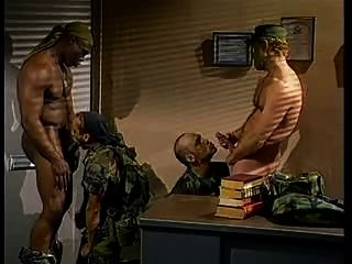 विशेष गर्म सैन्य पुरुषों