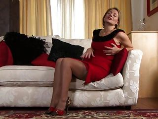 टिफ़नी टी - लाल रंग में औरत!