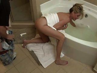 बेटा बकवास बाथरूम में नहीं उसकी माँ