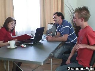 दादी दो बेरोजगार लोगों द्वारा गड़बड़