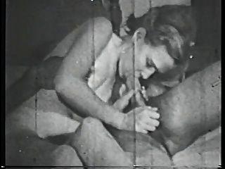 दिलेर स्तन के साथ श्यामला बेब बिस्तर पर बड़ा मुर्गा बेकार है