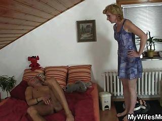 सास उसे उसकी पुरानी बिल्ली प्रदान करता है