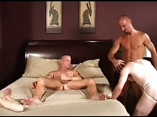 tats में गर्म समलैंगिकों पीटने threeway।