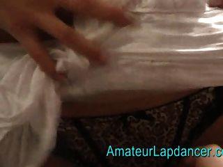 सबसे सुंदर श्यामला frilly पोशाक में कपड़े पहने lapdancing