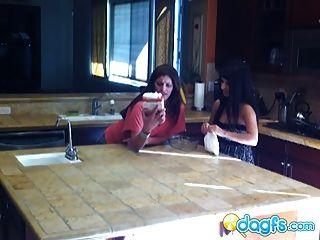 सींग का बना milf रसोई घर में किशोर बिल्ली खाती