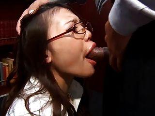 कार्यालय फूहड़ Ibuki नीचे घुटने टेकते हैं और उसके मालिक एक गीला blowj देता है