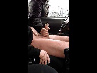 हाथ और एक खड़ी कार में मदद करने के