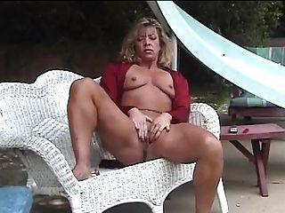 बगीचे में परिपक्व हस्तमैथुन