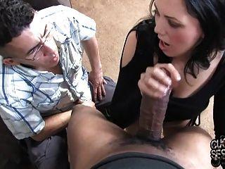 सफेद पत्नी विनम्र व्यभिचारी पति के सामने बड़ा काला मुर्गा लेता है