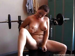 सुंदर स्तन के साथ सेक्सी परिपक्व शौकिया उसके पसंदीदा का उपयोग करता है