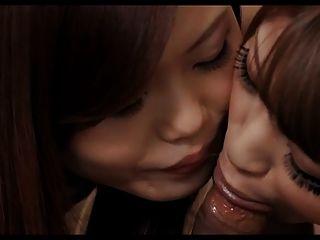 एशियाई लड़कियों को एक झटका दे रही है