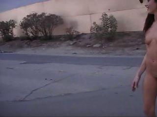 टेलर वर्षा सार्वजनिक में नग्न