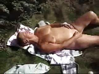 सेक्सी दादी के संभोग से देखते हैं।एमेच्योर पुराने