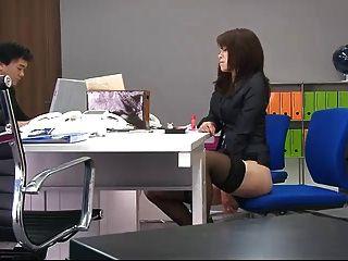 एक कार्यालय के दौरान कार्यालय के साथ उसे बिल्ली को तोड़ने माकी Hojo खिलौने