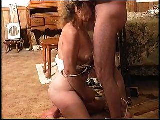 वह उसके गले के नीचे एक मुर्गा के साथ cums