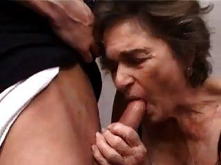 दादी और युवा लड़के