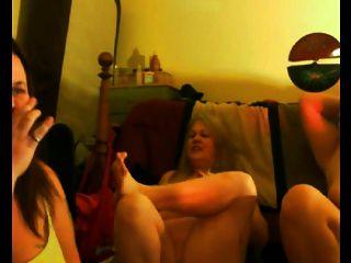 मां और उसकी dauthers फ्लैश स्तन और गधा