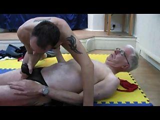 हवाई चप्पलें में दो पुराने पुरुषों