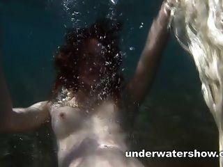 प्यारा nastya उसे सुंदर शरीर पानी के नीचे दिखा रहा है