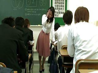 शिक्षक स्कर्ट के तहत दूरदराज के वाइब्रेटर