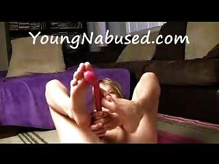 प्रेमिका masturbates और उसके पैरों के साथ खेलता है