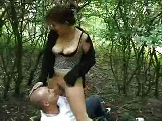 गोल-मटोल लड़की जंगल में fucks