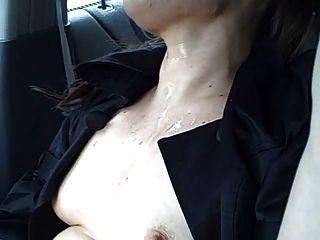 पागल लड़की सड़क पर एक कार में सह स्नान लेता है