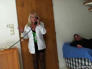 बालक सुनहरे बालों वाली दादी ऊपर उठाता है और उसे बैंग्स