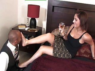 royalmistress - मालकिन अमेलिया उसके पैर दास के साथ खेलता