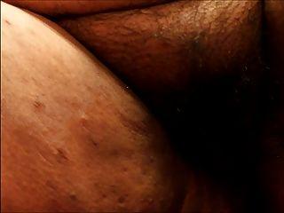 मेरे रसदार योनी के साथ खेल रहा है