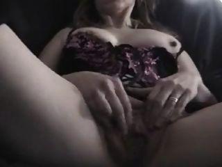 परिपक्व पत्नी उंगलियों उसे योनी ऊपर बंद