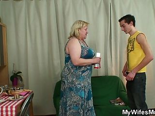 पत्नी नाराज हो जाता है जब बड़े दादी कमबख्त उसके आदमी पाता है