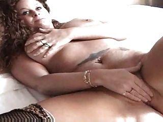 सेक्सी रेड इंडियन बिस्तर पर उसे बिल्ली के साथ खेल