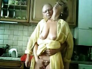एसई मां और पिताजी रसोई में मज़ा आ रहा है।चोरी की वीडियो