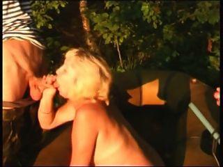 युवा लोग हैं, जबकि मछली पकड़ने बूढ़ी औरत बकवास