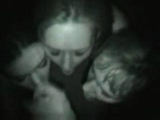 नाइट क्लब में तीन लड़की blowjob