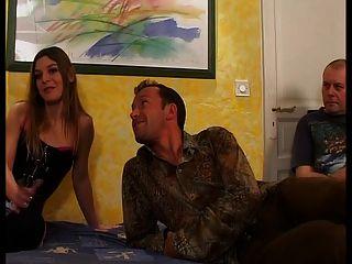 फ्रांसीसी महिला को उसके पति के सामने कमबख्त है