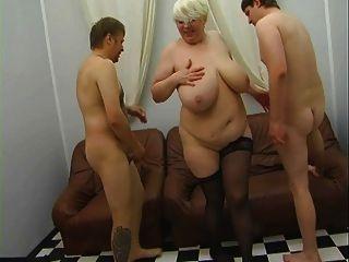 रेशम की पोशाक pt1 में युवा seducing रूसी परिपक्व माँ