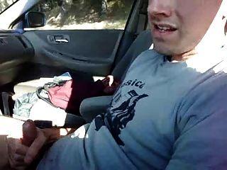 कार में मरोड़ते और टी-शर्ट पर उतारने