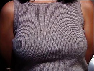 एक अच्छा बड़ा रैक के साथ आकर्षक बंधे उसके स्तन हर संभव तरीके से छेड़ा जाता है