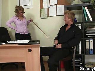 कार्यालय महिला सिर देता है और गड़बड़ हो जाता है