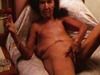 पुराने वेश्या masturbates और धूम्रपान करता है