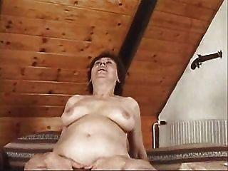 गर्म परिपक्व एक अच्छा पेंच का आनंद ले रहे सोफे पर यौन संबंध रखने औरत ... पहनने-ट्वीड
