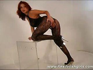 बड़े स्तन उसके पैरों के प्रसार के साथ फ्लेक्सी बुत लड़की